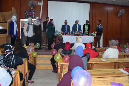 بالصور :عميد الكلية يكرم الأمهات فى حفل عيد الام