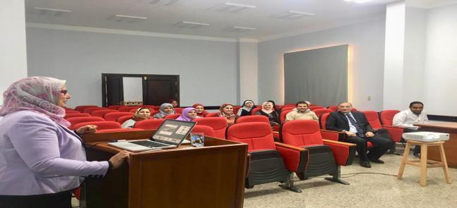 د/ حنان الإمام في الحلقات النقاشية بكلية الصيدلة