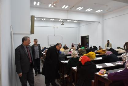 نائب رئيس الجامعة يتفقد بدء أعمال إمتحانات الفصل الدراسي الأول بكلية الصيدلة