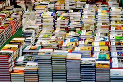 إقامة معرض للكتاب مخفض بالكلية في بداية الفصل الدراسي الثاني