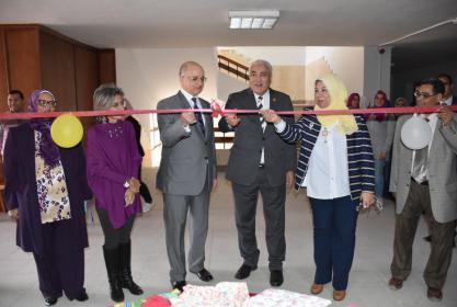 رئيس الجامعة ونائبه يفتتحان المعرض الخيري للملابس بالكلية