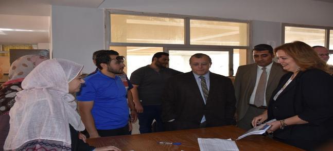 نائب رئيس الجامعة لشئون التعليم والطلاب يتفقد الانتخابات الطلابية بالكلية