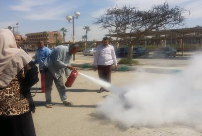 بالصور : تدريب عملي للعاملين بالمعهد على كيفية استخدام طفايات الحريق