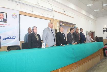 رئيس الجامعة  و السادة النواب و عميدة الكلية يستقبلون الطلاب مع بداية العام الدراسي الجديد