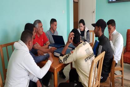 اجتماع طارىء لمدير وحدة ادارة الازمات والكوارث مع الطلاب