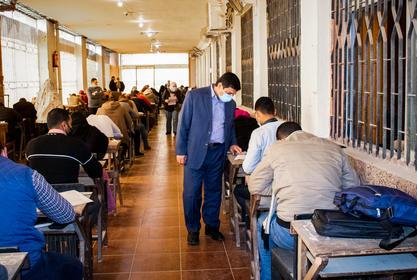 وسط اجراءات احترازية مشددة وكيل الكلية يتفقد امتحانات الدراسات العليا